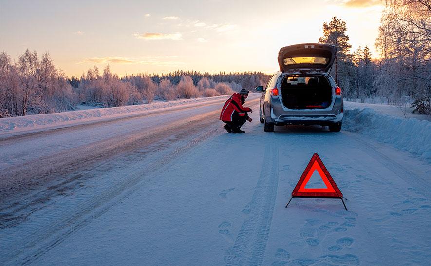 Поломка автомобиля зимой. Срочно вызывать эвакуатор.